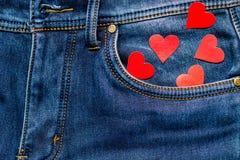 Dois corações em um fundo de um close-up do bolso das calças de brim valentines Fotos de Stock
