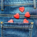 Dois corações em um fundo de um close-up do bolso das calças de brim valentines Fotografia de Stock Royalty Free