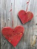 Dois corações em uma parede de madeira Fotos de Stock