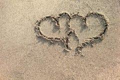 Dois corações escritos na areia Fotografia de Stock Royalty Free