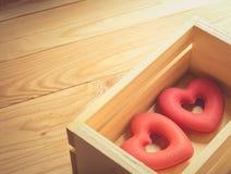 Dois corações estão em umas caixas de madeira, vintage Imagem de Stock Royalty Free
