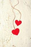 Dois corações feitos do papel em um fundo de madeira Fotografia de Stock