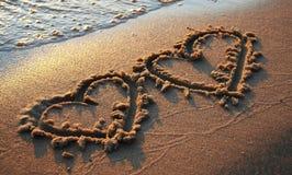 Dois corações na areia fotografia de stock royalty free
