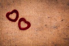 Dois corações no fundo de madeira Imagem de Stock
