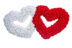 Dois corações são feitos dos flovers brancos e vermelhos do isolado rosa Imagem de Stock