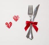Dois corações vermelhos e dois copos brancos para o dia de Valentim Imagem de Stock Royalty Free