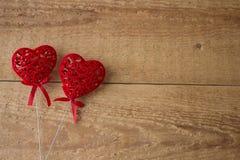 Dois corações vermelhos em um fundo de madeira Conceito do dia de são valentim imagens de stock
