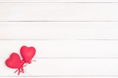 Dois corações vermelhos em varas Imagens de Stock