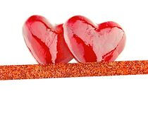Dois corações vermelhos luxuosos com a fita no fundo branco Dia feliz dos Valentim Confetes do amor do brilho Foto de Stock