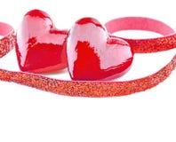 Dois corações vermelhos luxuosos com a fita no fundo branco Dia feliz dos Valentim Confetes do amor do brilho Fotos de Stock
