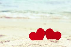 Dois corações vermelhos na praia do verão Fotos de Stock Royalty Free