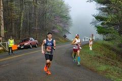 Dois corredores masculinos que competem nos 2019 Ridge Marathon azul fotos de stock