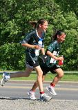 Dois corredores novos que refrigeram fora Imagem de Stock Royalty Free