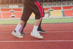 Dois corredores que correm fora os povos desportivos que treinam em um urb fotografia de stock