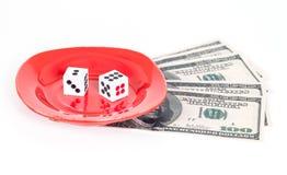 Dois cortam no prato vermelho e na nota traseira no branco Imagens de Stock Royalty Free