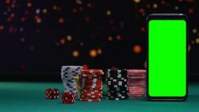 Dois cortam a queda perto dos símbolos do jogo, aplicação em linha do casino, possibilidade ganhar filme