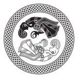 Dois corvos do deus Odin In Scandinavian Style Huginn e Muninn Imagens de Stock Royalty Free