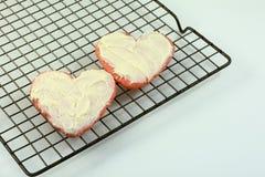 Dois cozeram cookies de açúcar vermelhas do Valentim do coração Imagem de Stock Royalty Free
