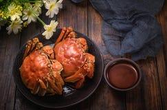 Dois cozinharam caranguejos peludos servem como um prato imagem de stock royalty free