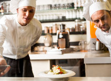 Dois cozinheiros chefe que trabalham em equipe foto de stock royalty free