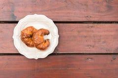 Dois croissant em uma placa decorada fotos de stock royalty free