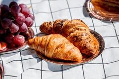 Dois croissant em uma placa no verificado imagens de stock royalty free