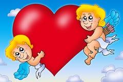 Dois Cupids que prendem o coração no céu Fotografia de Stock Royalty Free