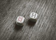 Dois dados do jogo na tabela escura fotografia de stock