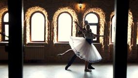 Dois dançarinos de bailado moderno que praticam no estúdio video estoque
