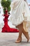 Dois dançarinos espanhóis do Flamenco das mulheres na praça da cidade Imagens de Stock Royalty Free