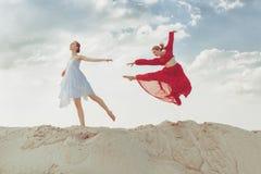 Dois dançarinos fêmeas bonitos no deserto Imagem de Stock