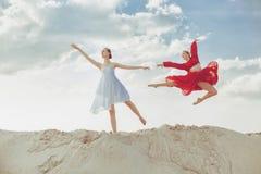 Dois dançarinos fêmeas que dançam no deserto Imagem de Stock Royalty Free