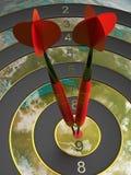 Dois dardos que batem o alvo do bullseye conceito da ilustração do sucesso 3d Imagem de Stock