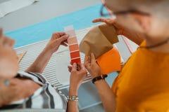 Dois desenhadores de moda modernos que escolhem uma paleta de cores imagem de stock royalty free