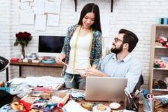 Dois desenhadores de moda que discutem o desenho modelo imagens de stock royalty free