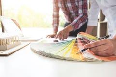 Dois design de interiores ou designer gráfico no trabalho no projeto da AR fotos de stock