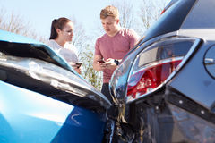 Dois detalhes do seguro da troca dos motoristas após o acidente Fotos de Stock Royalty Free