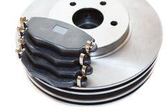 Dois discos e almofadas de prata de freio isolados no fundo branco Fotografia de Stock Royalty Free