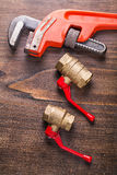 Dois dispositivos bondes dos encanador e chaves de macaco sobre Imagem de Stock Royalty Free