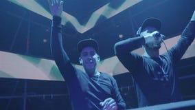 Dois DJ no clube noturno Party vídeos de arquivo