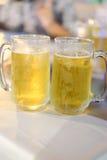 Dois do vidro da cerveja contra tambores Fotos de Stock Royalty Free