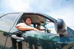 Dois dos nativos americanos de Oglala que conduzem através do pinho Ridge Indian fotografia de stock