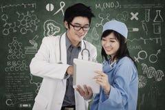 Dois doutores com tabuleta digital imagem de stock