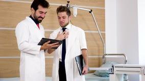 Dois doutores em um riso da sala de hospital filme