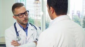 Dois doutores estão tendo uma conversação séria fotos de stock royalty free