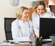 Dois doutores fêmeas que trabalham junto Imagem de Stock