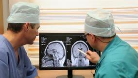 Dois doutores Hospital Examining vídeos de arquivo