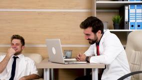 Dois doutores no escritório que começa rir filme