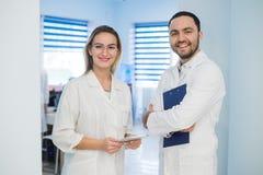 Dois doutores que discutem o diagnóstico ao andar imagens de stock royalty free