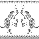 Dois elefantes que levantam-se com linha sem emenda beiras do laço no estilo indiano da hena do mehndi étnico Fotos de Stock